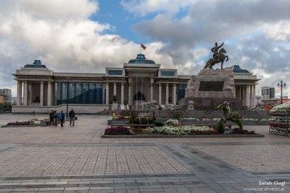 Parlamentsgebäude im Hintergrund mit der Sükhbaatar-Statue im Vordergrund