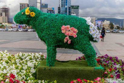 Sollte wohl den grauen, grossen, tristen Platz etwas freundlicher machen... Gemäss Guide haben sie die typischen Tiere der Mongolei hingestellt: Ziege, Schaf, Rind, Pferd und Kamel. Das wäre dann wohl das Schaf.