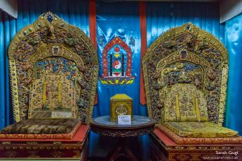 Die beiden Throne im Kämmerchen. In der Mitte dazwischen das mongolische Wappen.